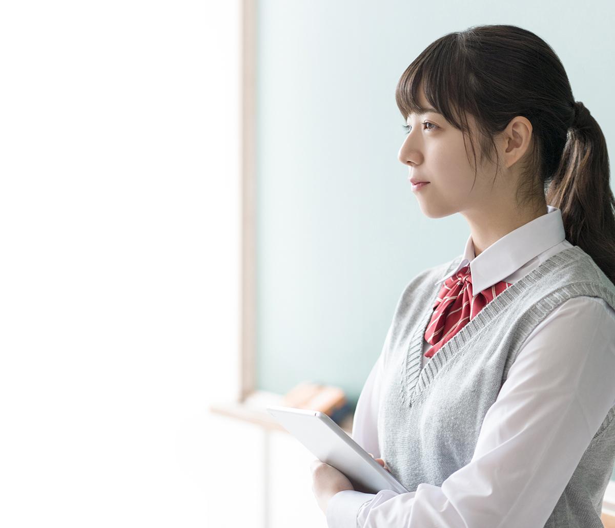 黒板の前で立っている女子生徒